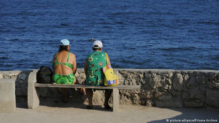 Женщины сидят на скамейке