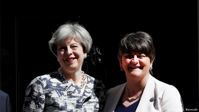 Theresa May e a líder do Partido Unionista Democrático (DUP), Arlene Foster (Reuters/S. Wermuth)