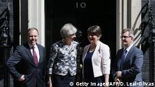 26.06.2017******Britain's Prime Minister Theresa May (2L) poses for a picture with Democratic Unionist Party (DUP) leader Arlene Foster (2R), DUP Deputy Leader Nigel Dodds (L) and DUP MP Jeffrey Donaldson at 10 Downing Street in central London on June 26, 2017. / AFP PHOTO / Daniel LEAL-OLIVAS (Photo credit should read DANIEL LEAL-OLIVAS/AFP/Getty Images)