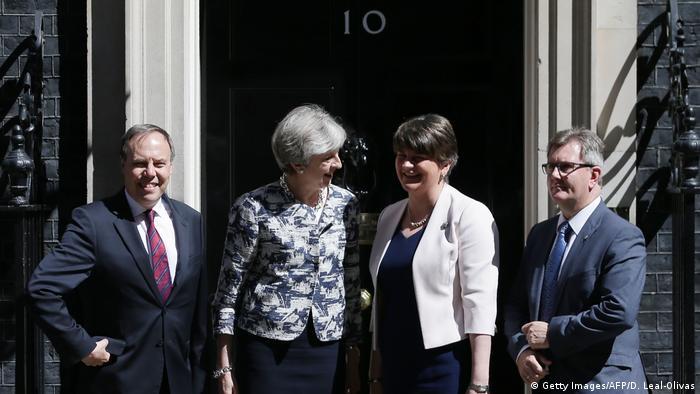 Großbritannien Theresa May mit Vertreter der DUP vor Downing Street (Getty Images/AFP/D. Leal-Olivas)