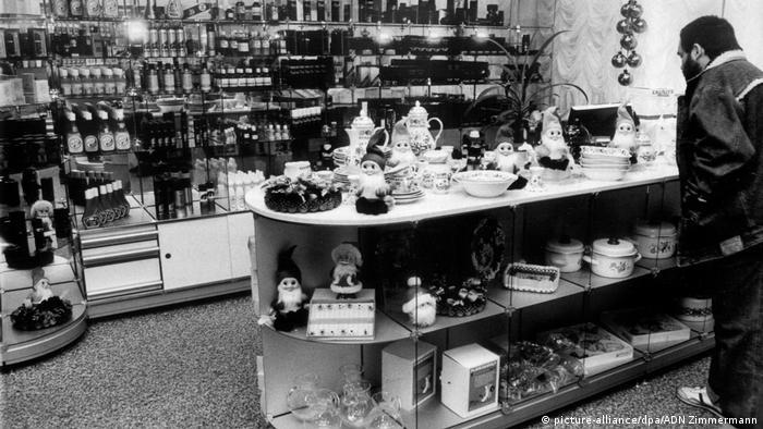 В селището имало магазин, лекарски кабинети, басейн, сауна, кино, ресторант, стрелбище, спортна площадка и тенис корт. Всички прислужници имали военни звания, а общият брой на персонала надхвърлял 650 души. Тази снимка е правена в магазина на селището през 1989 година, когато там за първи път можели да влизат и обикновени граждани на ГДР.