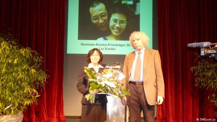 Preisverleihung des P.E.N.- Zentrum an Liu Xiaobo, rechts Johano Strasser (DW/Juan Ju)