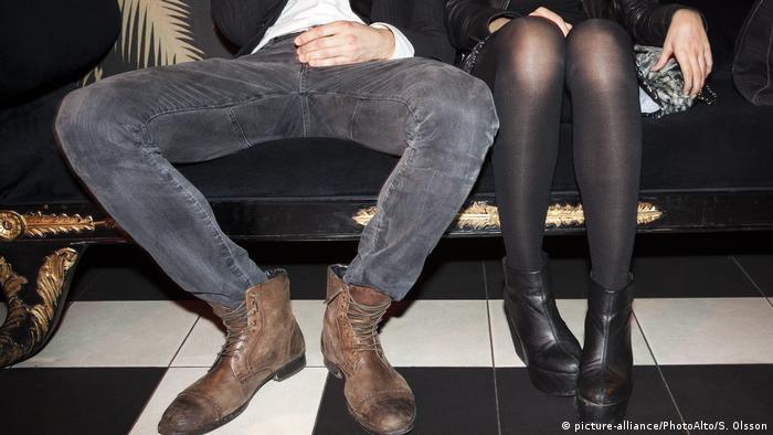 Мужчина сидит в клубе на диване