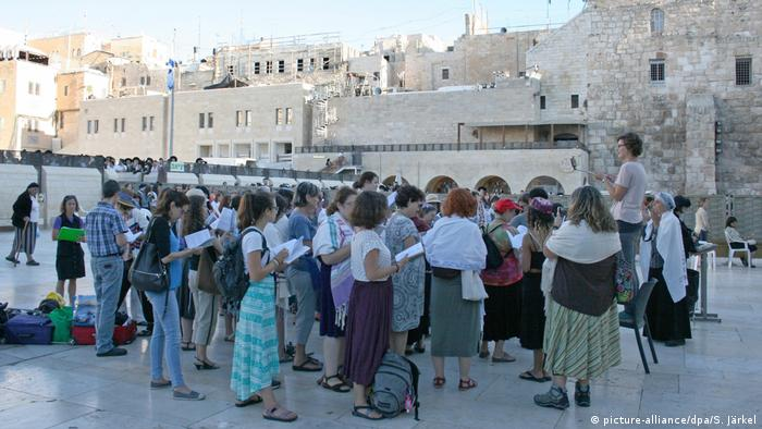 مراسم دعای زنان عضو گروه زنان دیوار در کنار دیوار ندبه