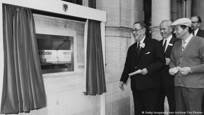 London Barclaycash Machine erster Geldautomat 1967 (Getty Images/Hulton Archive/ Fox Photos)