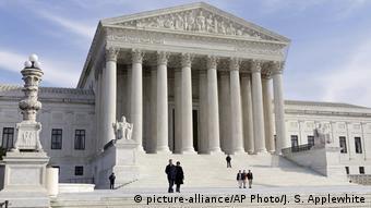 Το Supreme Court των ΗΠΑ ενέκρινε εν μέρει το αμφιλεγόμενο διάταγμα Τραμπ για τη μετανάστευση στις ΗΠΑ
