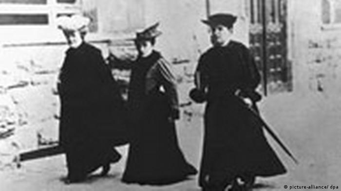 لوکزمبورگ طبق آموزههای مارکس پیروزی انقلاب سوسیالیستی را فقط به صورت جهانی میسر میدانست. او ضمن ستایش انقلاب روسیه، لنین و تروتسکی را متهم میکرد که در گزینش میان دیکتاتوری و دموکراسی، دیکتاتوری را انتخاب کردهاند، منتها دیکتاتوری مشتی انقلابی را. تصویر: لوکزمبورگ همراه کلارا زتکین (چپ)، سوسیالیست و از فعالان جنبش زنان آلمان، در سال ۱۹۱۴.
