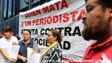 June 1, 2017 - Mexico - EUM20170601NAC25.JPG.CIUDAD DE MÉXICO JournalismPeriodismo.Desaparición.- Periodistas michoacanos, encabezados por Frida Urtiz Martínez, esposa del periodista desaparecido, Salvador Adame, entregan de documento ante la PGR, 1 de junio de 2017, para solicitar el regreso del comunicador. Foto: Agencia EL UNIVERSALJuan Carlos ReyesJMA |