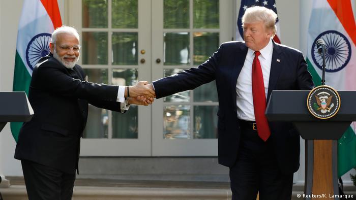 طبق قانون موسوم به CAATSA که از سوی دونالد ترامپ، رئیس جمهوری آمریکا در سال گذشته به امضا رسید، اگر کشوری با روسیه ارتباط نظامی و یا اطلاعاتی داشته باشد، میتواند شامل تحریمهای آمریکا بشود. راندال شریور، مشاور وزیر دفاع آمریکا گفت: « این موضوع که هند میخواهد سامانه موشکی اس ۴۰۰ را از روسیه خریداری کند از جنبههای مختلف نگران کننده است.»