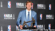 Dirk Nowitzki mit der Trophäe als Teammate of the Year, Foto: Reuters