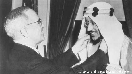 USA Präsident Harry Truman, Legion of Merit für Kronprinz Amir Saud, Saudi-Arabien (picture-alliance/Everett Collection)