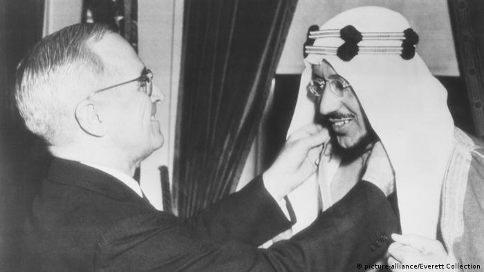USA Präsident Harry Truman, Legion of Merit für Kronprinz Amir Saud, Saudi-Arabien (picture-alliance/Everett Collection)