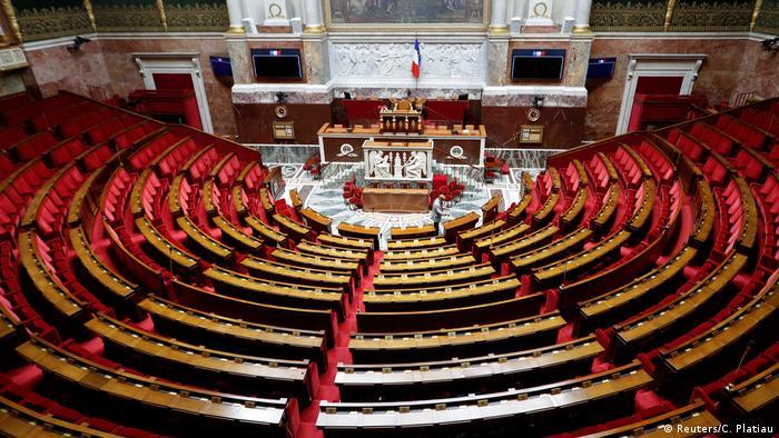 Нижня палата парламенту Франції - Національні збори - в середу, 9 серпня, затвердила закон, спрямований проти кумівства і корупції в політиці. На підтримку законопроекту, що скасовує фонд, з якого депутати могли розподіляти субсидії в своїх виборчих округах, проголосували 412 парламентарія, ще 74 були проти. Існування цього фонду, бюджет якого в минулому році склав 146 млн євро, критикували за сприяння сімейності.