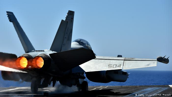 US F/A-18F Super Hornet Symbolbild Anti-IS Koalition im Mittelmeer (Getty Images/AFP/A. Pizzoli)