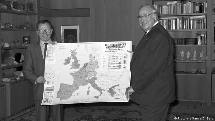 Delors with Kohl in Bonn holding map of Europe (Picture alliance/O. Berg)
