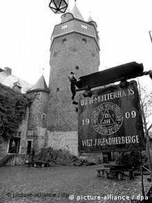 Der Burghof in Altena. Das Schild weist auf das Gründungsjahr des DJH-Mutterhauses hin