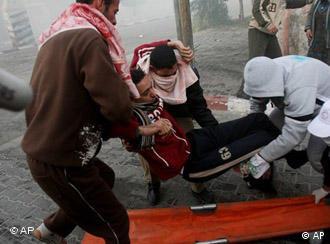 Equipes de resgate palestinas e vítimas em Gaza após um ataque de mísseis de Israel em 14 de janeiro de 2009