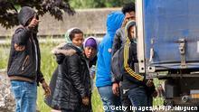 Frankreich Migranten versuchen einen LKW in der Nähe des Eurotunnel zu betseigen