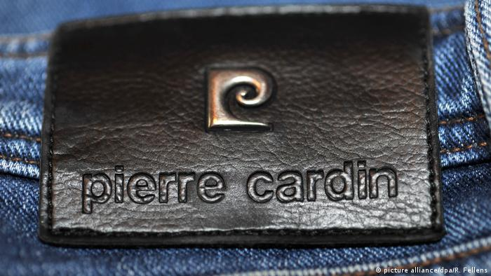 Pierre Cardin leather patch on jeans (picture alliance/dpa/R. Fellens)