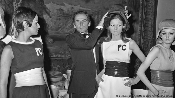 Pierre Cardin and three female models (picture alliance/Mencarini Archives/Leemage)