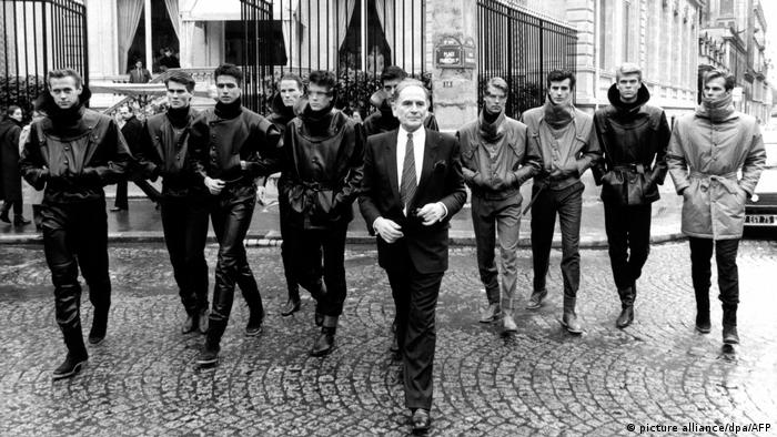 Cardin and male models in the street, 1983 (picture alliance/dpa/AFP)