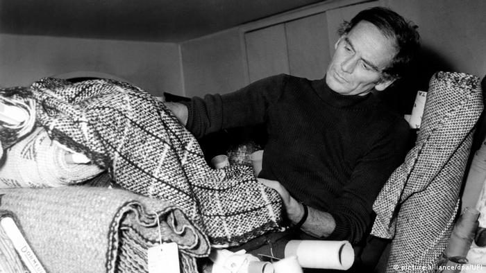 Pierre Cardin examinjes bolts of cloth in 1970 (picture alliance/dpa/UPI)