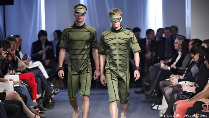 male models in green suits on catwalk (picture alliance/dpa/L. Dolega)