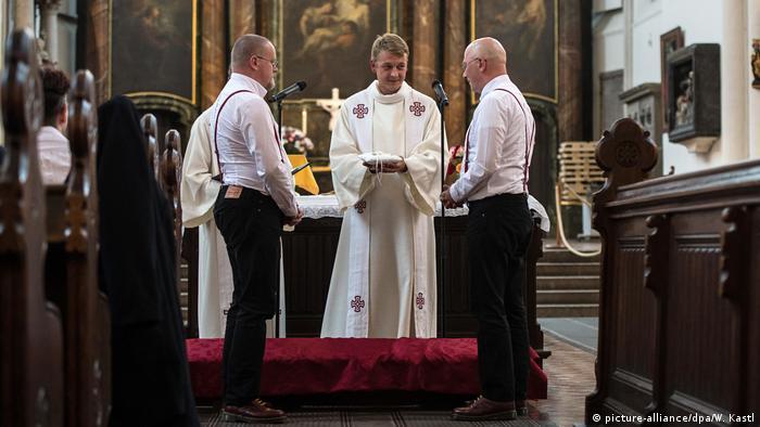 Deutschland Erste gleichgeschlechtliche Trauung der Berliner Landeskirche (picture-alliance/dpa/W. Kastl)