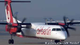 Passagierflugzeug Bombardier DHC-8-400 der Air Berlin (picture-alliance/W. Mendorf)