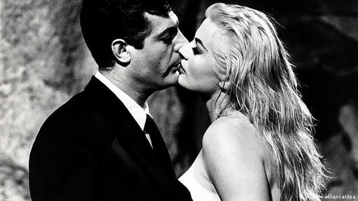 Anita Ekberg kissing Marcello Mastroianni in Rome's Trevi Fountain. (picture-alliance/dpa)