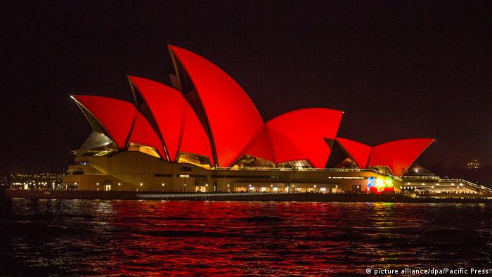Sydney Opera House in Chinese red for New Year (picture alliance/dpa/Pacific Press)
