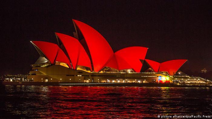 Australia Opera in Sydney erstrahlt in rot, der traditionellen chinesische Farbe für Glück