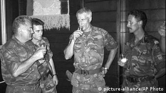 Black-and-white photo showing Ratko Mladic und Dutch Colonel Thom Karremans (picture-alliance/AP Photo)