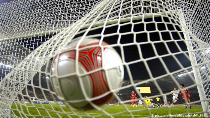 Symbolbild Fußball, Ball im Tor
