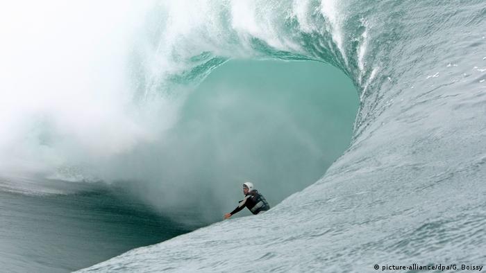 Französisch-Polynesien - Tahiti Teahupoo - Welle mit Surfer (picture-alliance/dpa/G. Boissy)