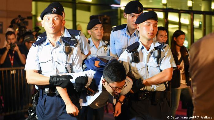 Hongkong Festnahme bei Protesten gegen Besuch von Chinas Staatschef Xi Jinping (Getty Images/AFP/A. Wallace)