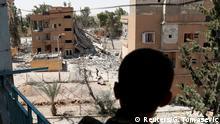 Syrien ar-Raqqa- SDF Kämpfer steht auf Balkon in ar-Raqqa