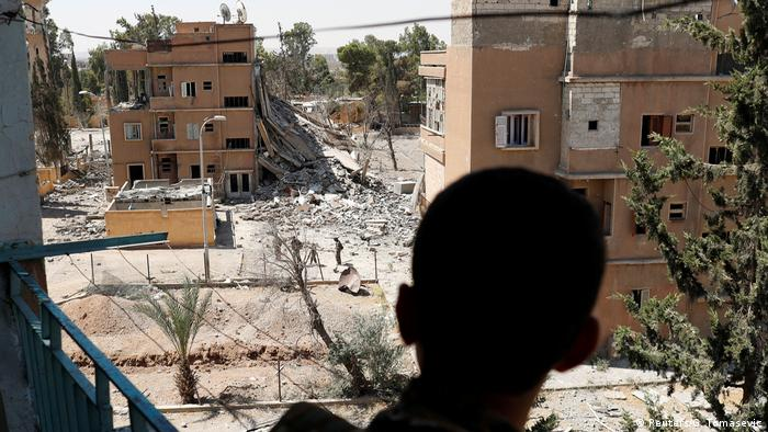 Syrien ar-Raqqa- SDF Kämpfer steht auf Balkon in ar-Raqqa (Reuters/G. Tomasevic)
