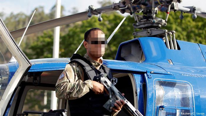 Foto del policía Oscar Pérez posando junto a un helicóptero.