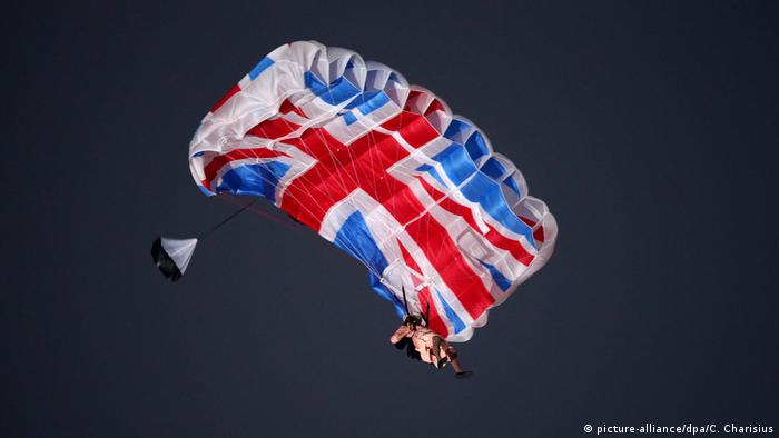 London Fallschirm als Union Jack (picture-alliance/dpa/C. Charisius)