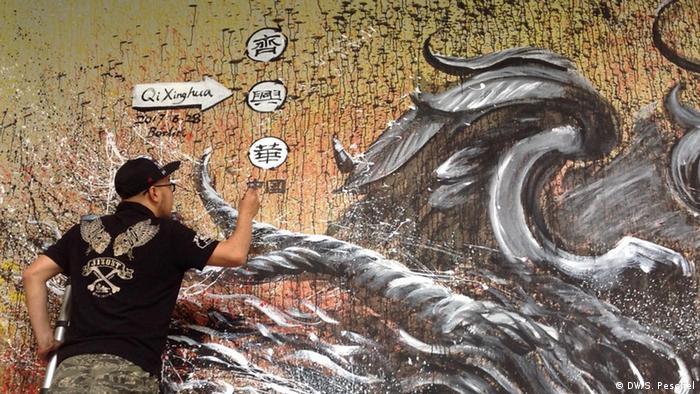 Deutschland Wandgemälde vom Qi Xinghua am Eingang zum Park am Gleisdreieck in Berlin