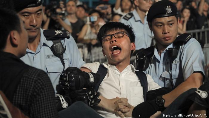 China Joshua Wong in Hongkong festgenommen (picture-alliance/AP/dpa/V. Yu)