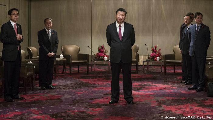Hongkong Treffen von Xi Jinping und Leung Chun-ying (picture-alliance/AP/D. De La Rey)