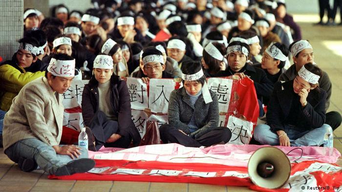 Pessoas sentadas em protesto
