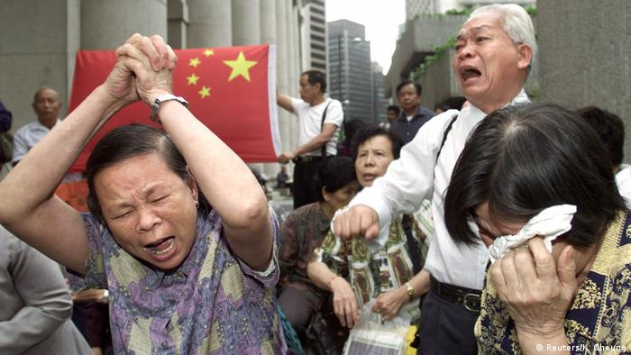 2002: Dashed hopes The residency issue flared up again in April 2002 when Hong Kong began deporting some 4,000 mainland Chinese who had lost legal battles to stay in the territory. These desperate families were evicted from a central park where they had been protesting.