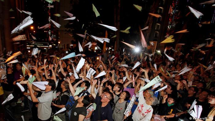 Pessoas jogando aviõezinhos de papel