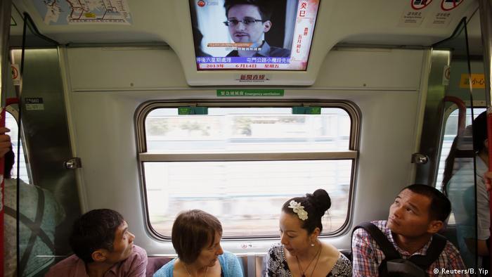 Monitor com notícias em um trem de passageiros