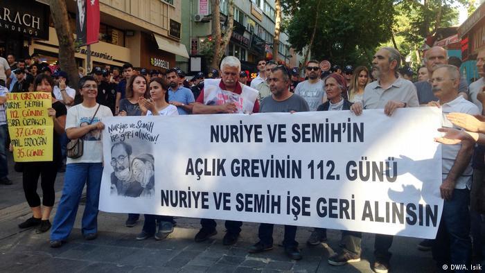 Türkei - Demonstration für die Hungerstreik von Nuriye Gülmen und Semih Özakca (DW/A. Isik)