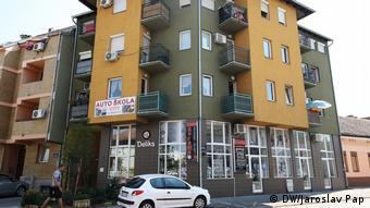 Αντίστοιχη πολυκατοικία στο Νόβι Σαντ της Σερβίας με διαμερίσματα «φαντάσματα»