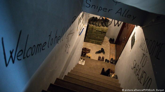 Eine Treppe führt nach unten zum Eingangsbereich des Hostels, in dem Schuhe stehen (Foto: Picture Alliance)